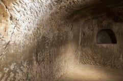 Escave um túnel no tufo - rocha feita da cinza vulcânica imagem de stock