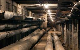 Escave um túnel para canos principais subterrâneos do aquecimento e cabos bondes Foto de Stock
