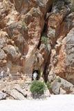 Escave um túnel o ponto de acesso para a praia secreta de sa Calobra de Cala Fotografia de Stock Royalty Free