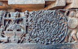 Escena épica hindú de Mahabharata en tallas Historia del guerrero Abhimanyu que entra en el Chakravyuha, templo en Halebidu, la I Imagen de archivo libre de regalías
