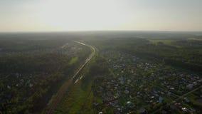 Escena aérea con el campo y el tren móvil, Rusia almacen de metraje de vídeo