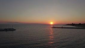 Escena aérea del muelle y del mar en la puesta del sol almacen de metraje de vídeo