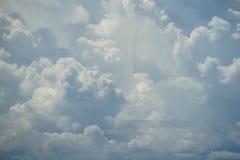 Escena abstracta de la nube blanca móvil potente con las sombras del fondo del cielo azul Foto de archivo