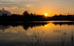 Escena agradable de la salida del sol en el lago Foto de archivo