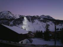 Escena alpina de la montaña del invierno de Montgenevre debajo de un cielo azul Imagen de archivo libre de regalías