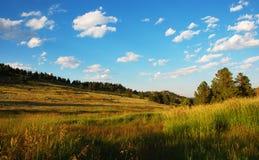 Escena arrebatadora de campos y del cielo fotos de archivo