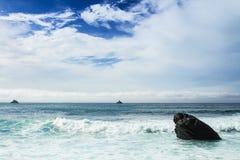 Escena austera del océano de la roca Foto de archivo