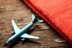Escena azul del avión y de la toalla Imagenes de archivo