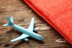 Escena azul del avión y de la toalla Foto de archivo
