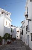 Escena blanca de la calle de la aldea (Frigiliana, España) Foto de archivo