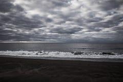 Escena blanco y negro de la playa de las Azores Fotografía de archivo