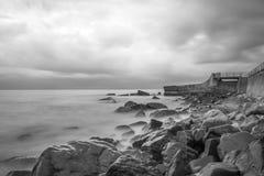 Escena blanco y negro del paisaje marino con las piedras. Crimea. Ucrania. Imagenes de archivo