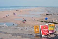 Escena BRITÁNICA de la playa en comienzo del verano Imagen de archivo libre de regalías