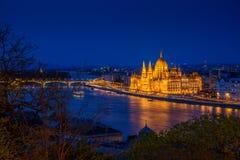 Escena Budapest, Hungría del río, con el parlamento en crepúsculo Foto de archivo