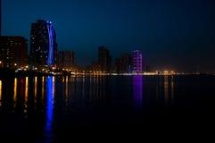 Escena céntrica con las luces, nuevo alto t de lujo de la noche de Sharja foto de archivo libre de regalías