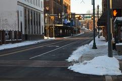 Escena céntrica de la calle con nieve de fusión Imagen de archivo libre de regalías