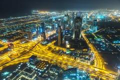 Escena céntrica de la noche de Dubai con las luces de la ciudad, Imagen de archivo