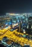 Escena céntrica de la noche de Dubai con las luces de la ciudad, Fotografía de archivo libre de regalías