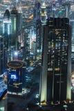 Escena céntrica de la noche de Dubai con las luces de la ciudad, Foto de archivo libre de regalías