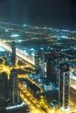 Escena céntrica de la noche de Dubai con las luces de la ciudad, Imágenes de archivo libres de regalías