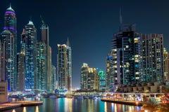 Escena céntrica de la noche de Dubai, puerto deportivo de Dubai Foto de archivo libre de regalías