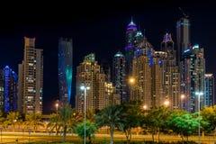 Escena céntrica de la noche de Dubai, puerto deportivo de Dubai Fotos de archivo libres de regalías
