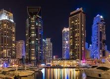 Escena céntrica de la noche de Dubai, puerto deportivo de Dubai Fotografía de archivo