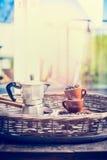 Escena casera de la mañana con el sistema del café express, las tazas de café, las habas y el pote del café Fotos de archivo libres de regalías