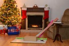 Escena casera de la Navidad que envuelve presentes Fotografía de archivo libre de regalías