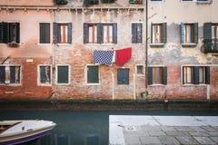 Escena colorida de la calle en Venecia, Italia foto de archivo libre de regalías
