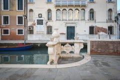 Escena colorida de la calle en Venecia, Italia fotos de archivo libres de regalías