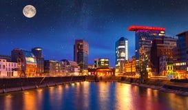 Escena colorida de la noche del río de Rhin en la noche en Düsseldorf Foto de archivo libre de regalías
