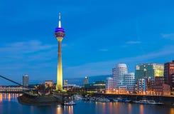 Escena colorida de la noche del río de Rhin en la noche en Düsseldorf Imagen de archivo