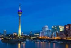 Escena colorida de la noche del río de Rhin en la noche en Düsseldorf Imagenes de archivo
