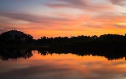 Escena colorida de la salida del sol en el lago Imagen de archivo