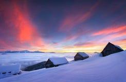 Escena colorida del invierno en el pueblo de montaña cárpato Foto de archivo
