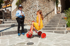 Escena con jugar, el poli y el conductor de los niños en al aire libre Foto de archivo libre de regalías