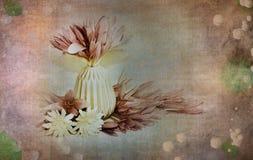 Escena con las flores en un florero en colores neutrales, románticos, suaves, en colores pastel con un viejo, antigüedad, mirada  Fotografía de archivo