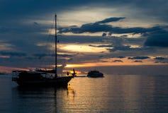 Escena crepuscular de barcos Foto de archivo