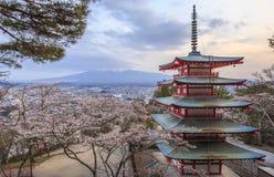 Escena crepuscular de la pagoda de Chureito con el fondo de Mt.fuji Fotografía de archivo libre de regalías