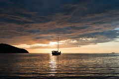 Escena crepuscular del barco con el cielo nublado Fotos de archivo libres de regalías