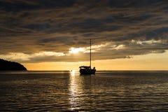 Escena crepuscular del barco con el cielo nublado Fotografía de archivo
