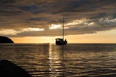 Escena crepuscular del barco con el cielo nublado Imagen de archivo