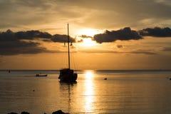 Escena crepuscular del barco con el cielo nublado Imágenes de archivo libres de regalías