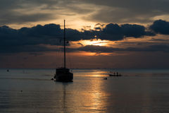 Escena crepuscular del barco con el cielo nublado Fotografía de archivo libre de regalías