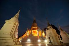 Escena crepuscular del templo de Wat Suan Dok en Tailandia Imagen de archivo