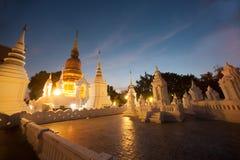 Escena crepuscular del templo de Wat Suan Dok en Tailandia Foto de archivo libre de regalías