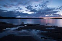 Escena crepuscular hermosa de un lago en Suecia fotos de archivo