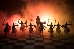Escena de batalla medieval con caballería e infantería en el tablero de ajedrez Concepto del juego de mesa del ajedrez de ideas d foto de archivo libre de regalías