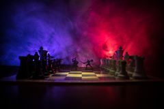 Escena de batalla medieval con caballería e infantería en el tablero de ajedrez Concepto del juego de mesa del ajedrez de ideas d imagen de archivo